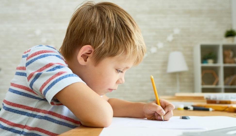 Enfant qui écrit de la main gauche