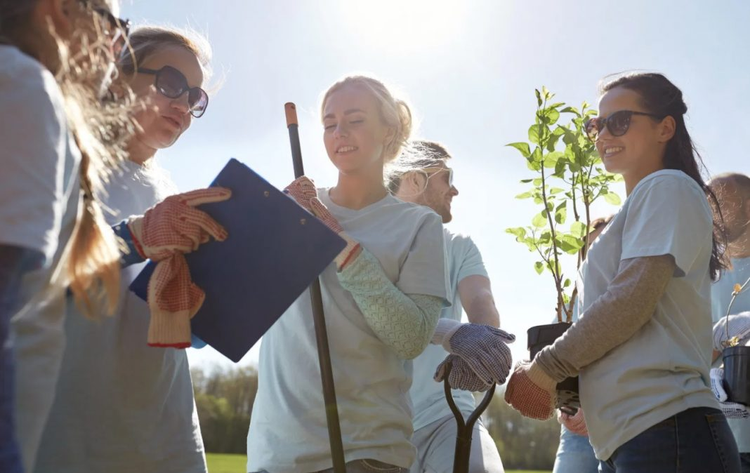 Jeunes femmes qui jardinent