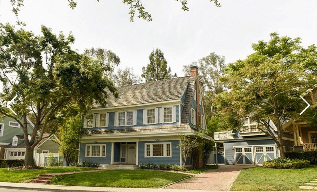 Maison bleue dans une rue américaine