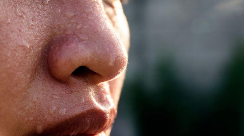 Personne avec des gouttes d'eau sur le visage