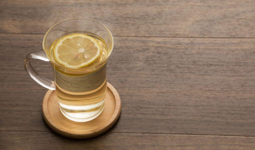 Tasse d'eau avec une tranche de citron