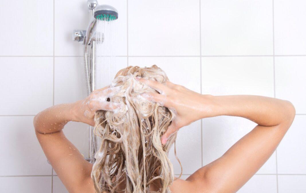 Femme blonde sous la douche